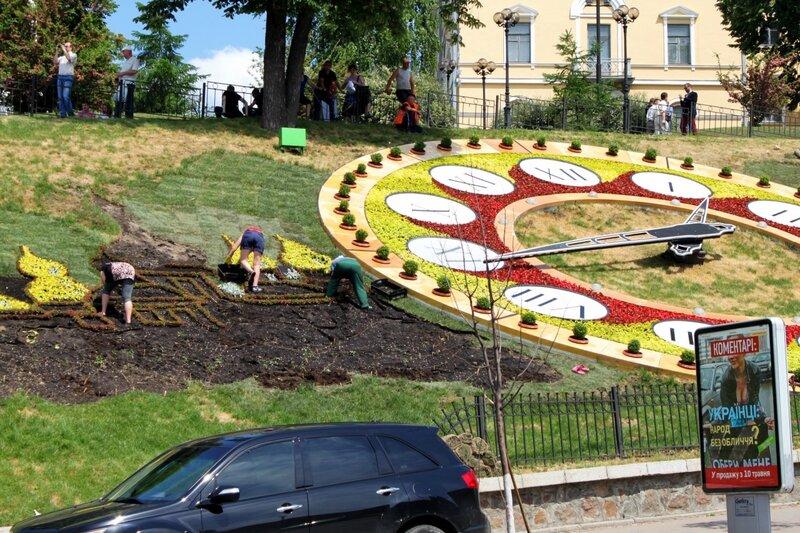Цветоводы оформляют цветочные часы