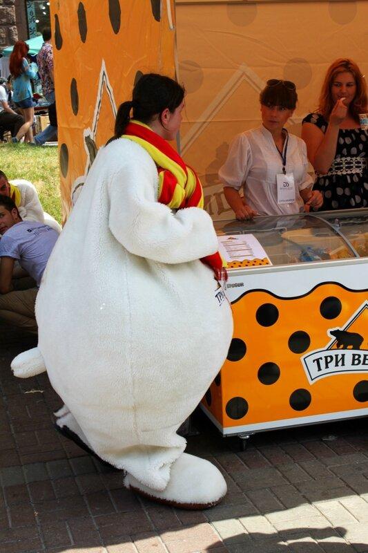 Белый медведь на фестивале мороженого