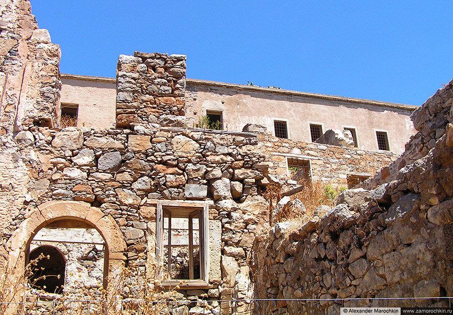 Разрушающиеся постройки на острове Спиналонга, Греция