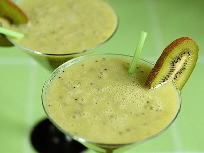 Коктейль молочный с киви и бананами