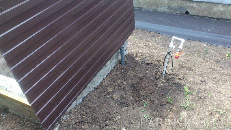 Кран на улице возле ямы с насосной станцией
