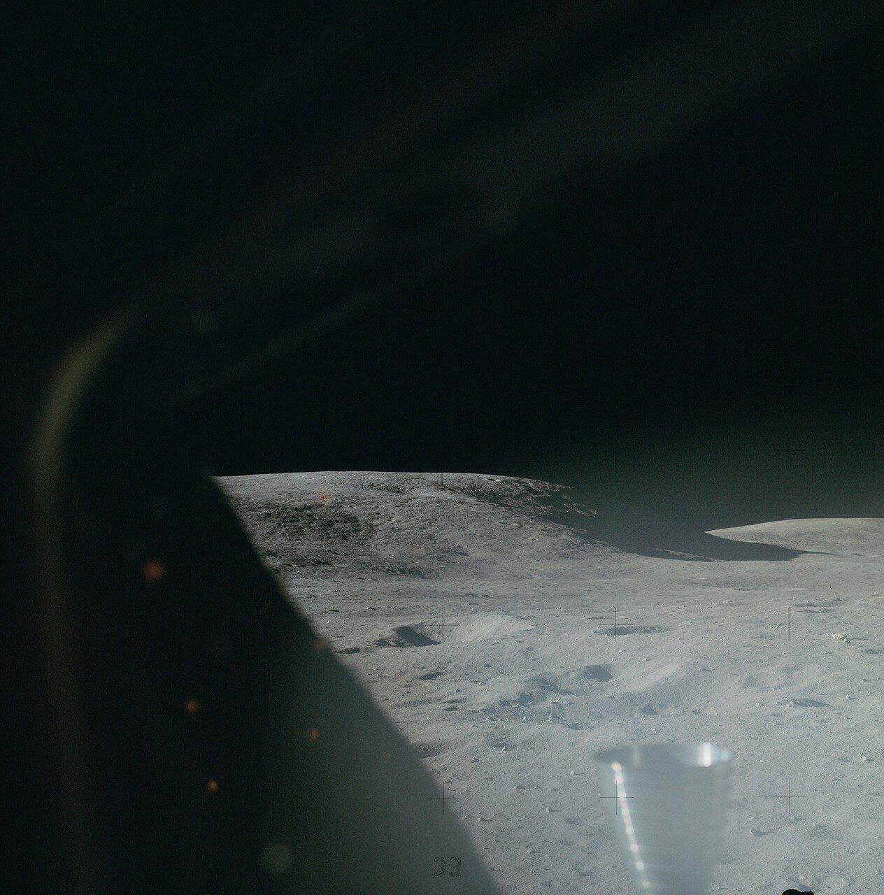 На шестой день миссии после завтрака Янг и Дьюк начали подготовку к первому выходу на поверхность. На снимке: Часть панорамы, снятой из кабины «Ориона» вскоре после посадки. На этом снимке, сделанном через левый иллюминатор, — гора Стоун Маунтин