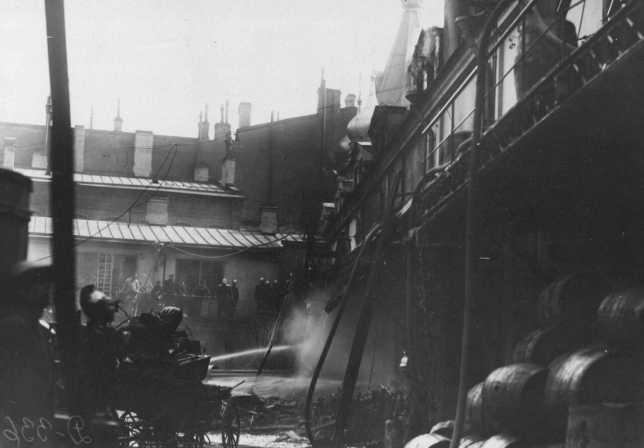 Пожар Апраксина двора. 3 июля 1914 г. 01. Часть двора корпуса наследников Линевича после пожара
