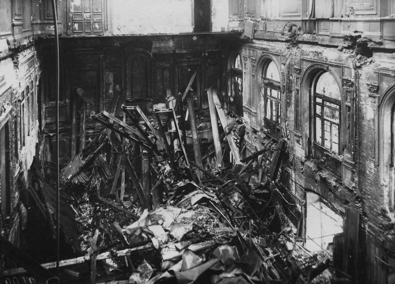 17. Внутренний вид разрушенного пожаром здания театра
