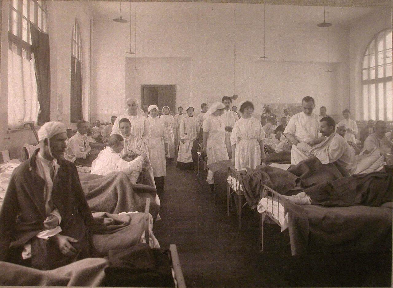29. Медицинский персонал и раненые в палате лазарета,устроенного на Пречистенских курсах