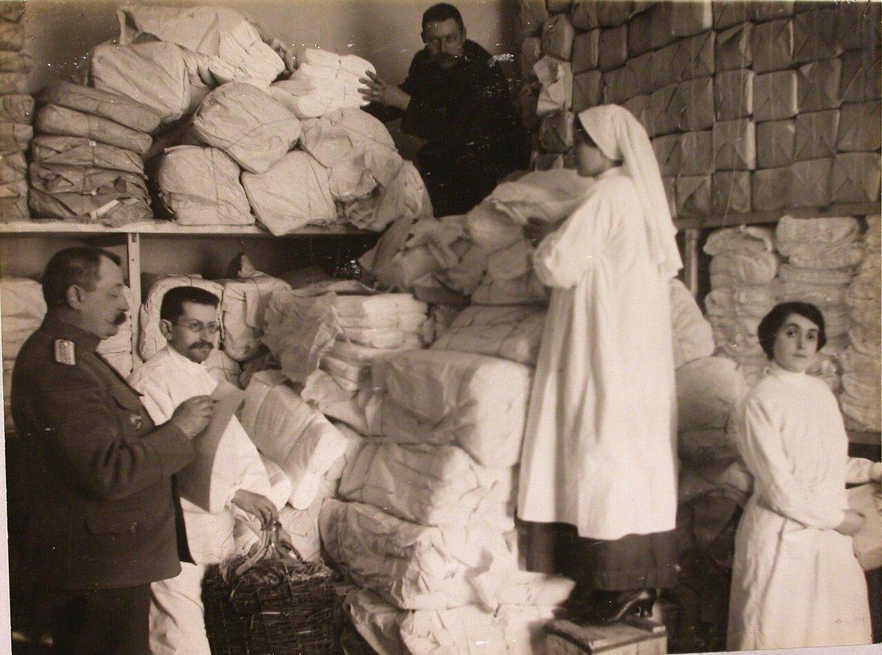 31. Работники госпиталя на бельевом складе