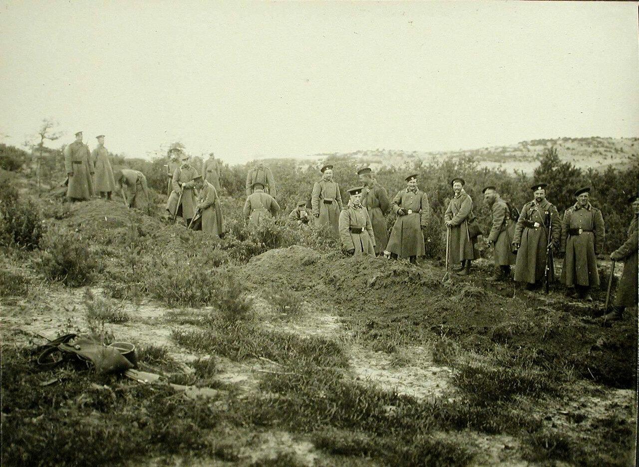 13. Солдаты роты за сооружением укрытий от снарядов на позиции у Голомба во время боев за крепость