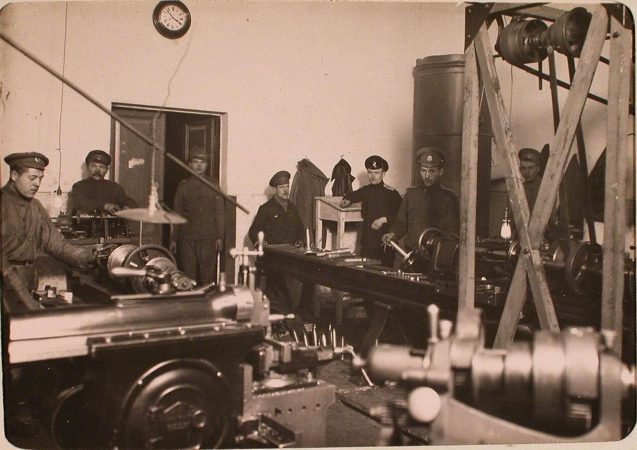 07. Группа нижних чинов в механической мастерской авиароты за работой.  Псков