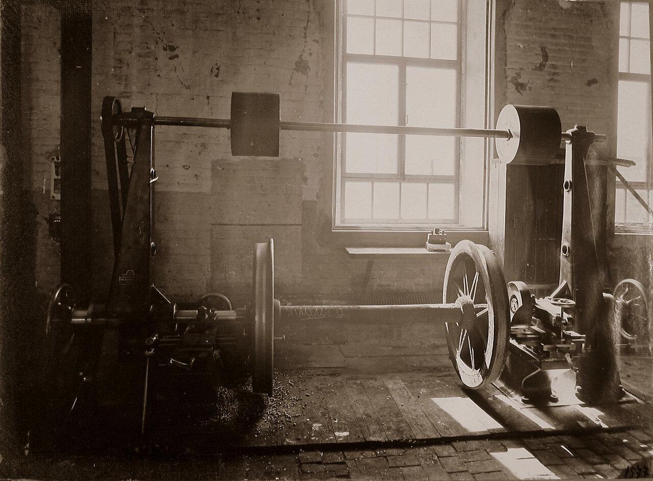 43. Вид станка по одной из операций по изготовлению колесных пар паровозов, произведенного Обществом бывшего Фельзера и Ко в Риге, в одном из цехов мастерской