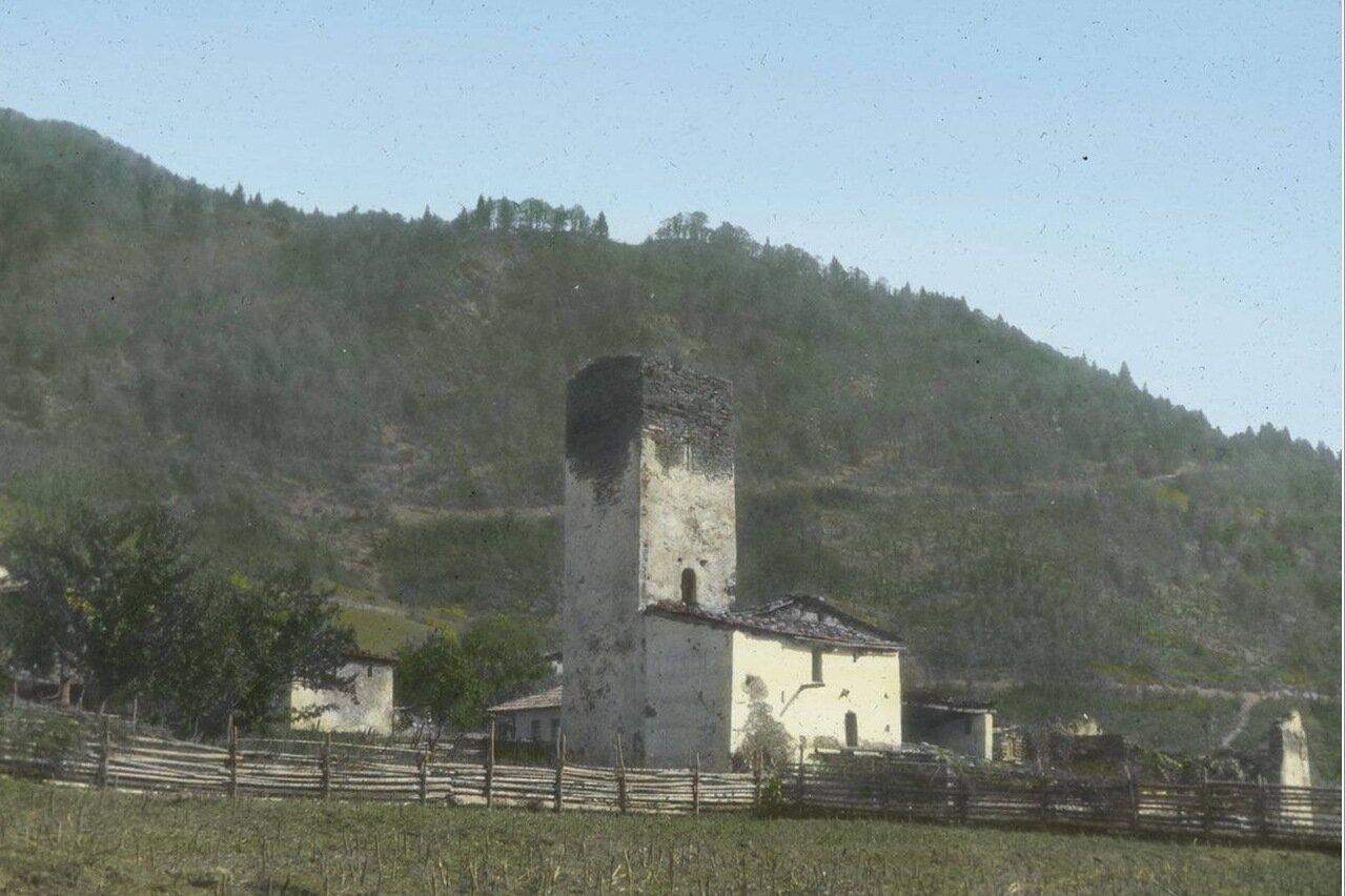 Традиционный дом со средневековой башней в Лачамуле