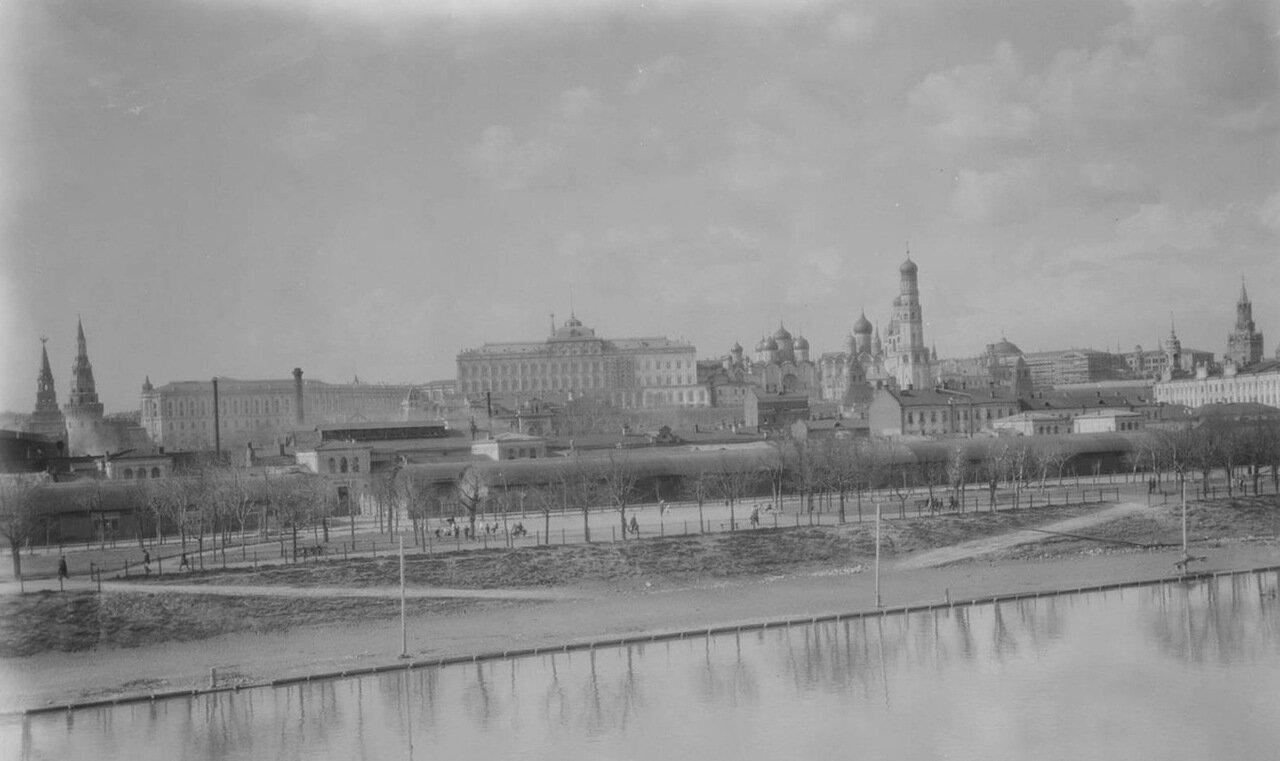 13. Вид города с Москвы-реки
