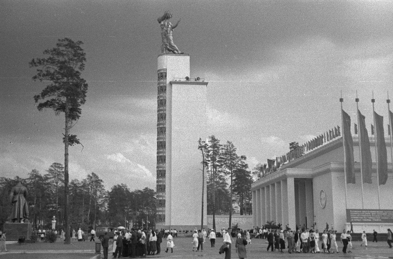 79. Стела Конституции и Центральный павильон «СССР»