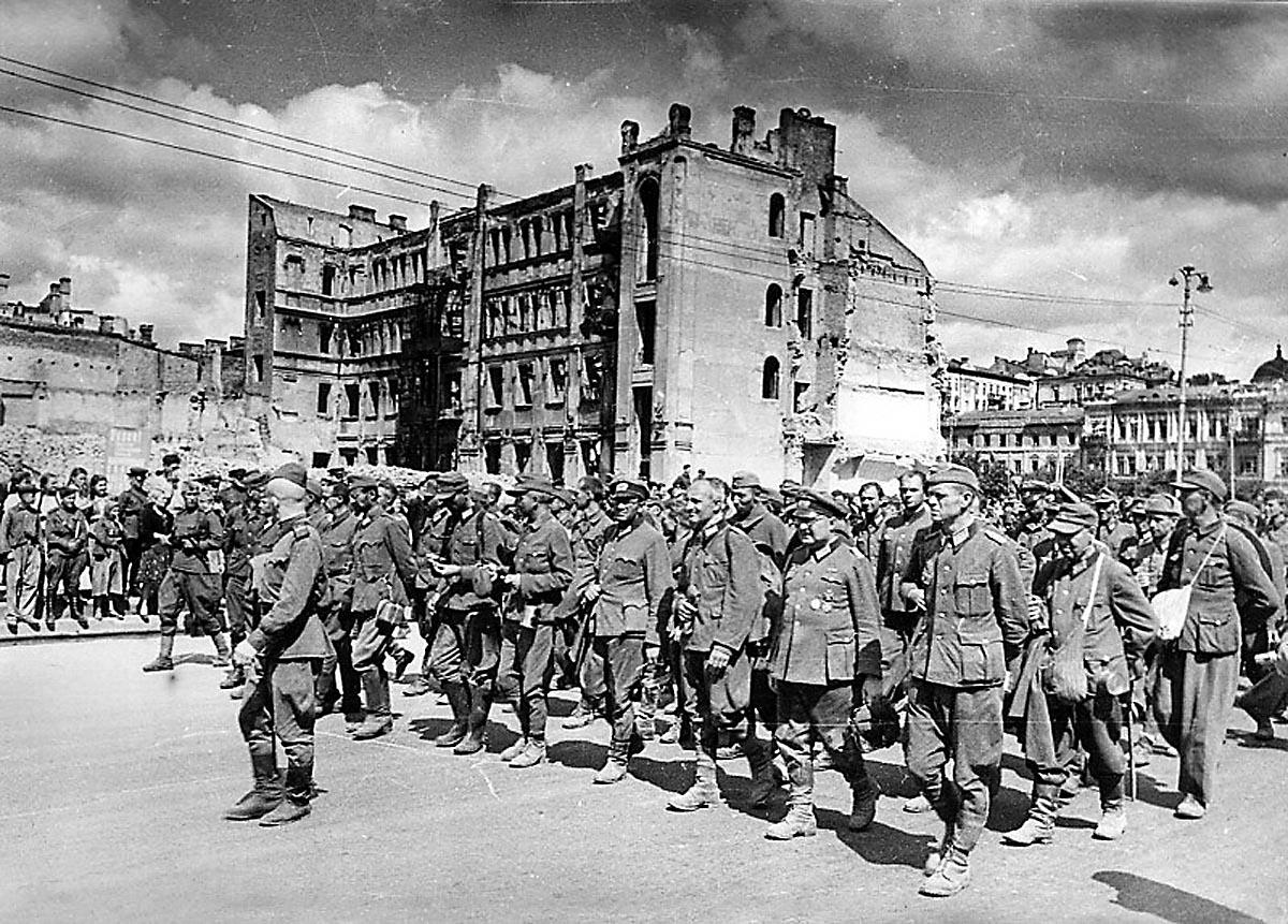 Пленных гитлеровцев проводят по улицам Киева. 16 августа 1944__1200__(2).jpg