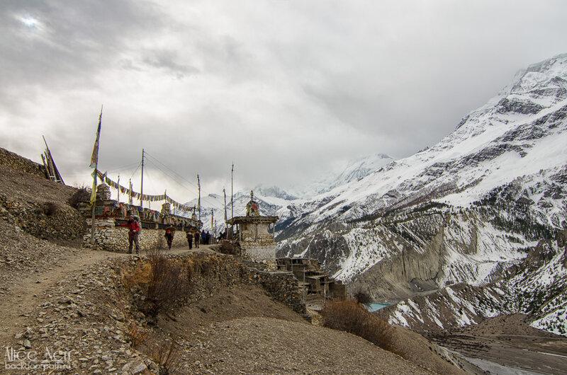 На входах-выходах почти во всех городах на маршруте стоят барабаны с мантрами, Мананг, гималаи, непал, горы