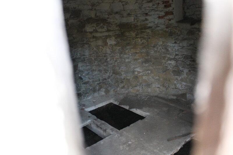 Старинная каменная будкадля насоса