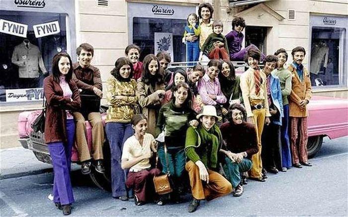 Молодой Усама бен Ладен со своей семьей во время поездки в Швецию (второй справа в зеленой рубашке и