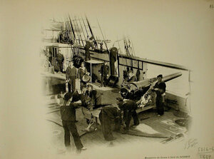 Матросы на палубе корабля Джигит во время артиллерийских учений