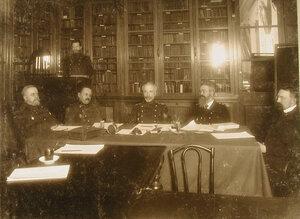 Преподаватели и директор курсов во время совещания;в центре- генерал-майор З.А.Макшеев;2-й справа-Я.И. Ковальский