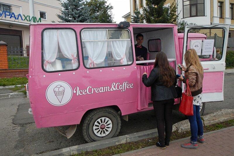 Фургончик с мороженым на Набережной и две девушки-покупательницы