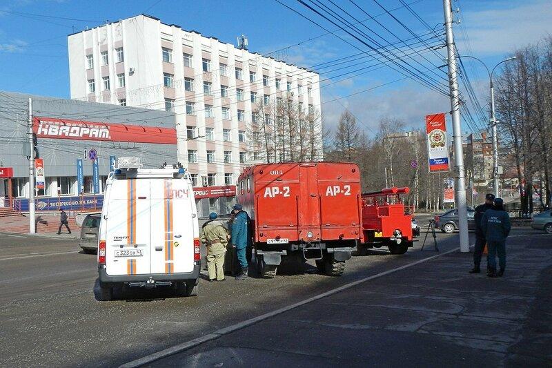 новая и старая пожарная спецтехника на ул. К.Маркса перед горадминистрацией в Кирове накануне автопробега 25 апреля 2014 г.