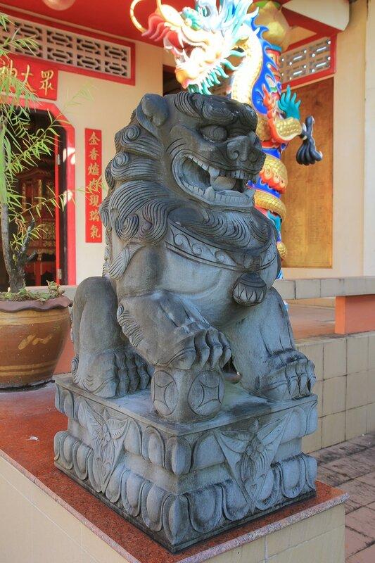 Каменный лев с шариком во рту перед входом в конфуцианский храм в старом городе Такуа Па, Таиланд