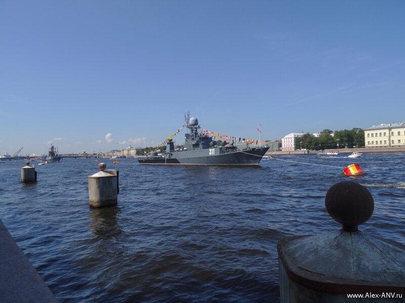 Швартовые тумбы почему-то пустуют, хотя рядом от пришвартованных кораблей не протолкнуться.