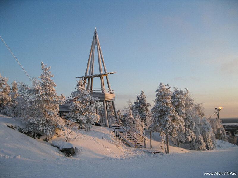 В этом году снега выпало меньше чем в прошлый наш приезд в Вуокатти. Но это и к лучшему - дороги были вполне проезжими и на горе лыжи не зарывались.