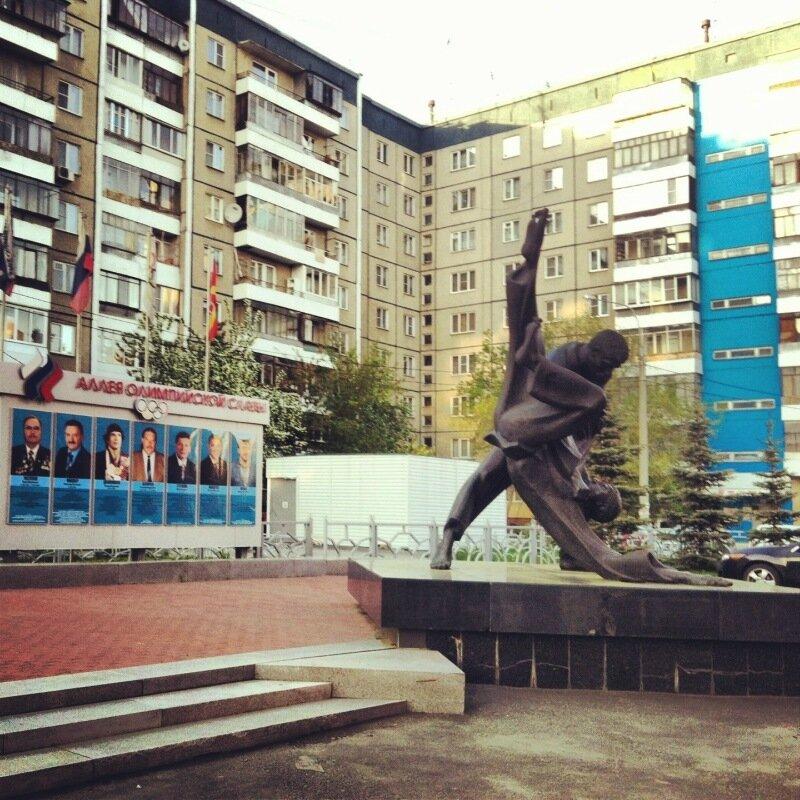 Возле школы олимпийского резерва по дзю-до