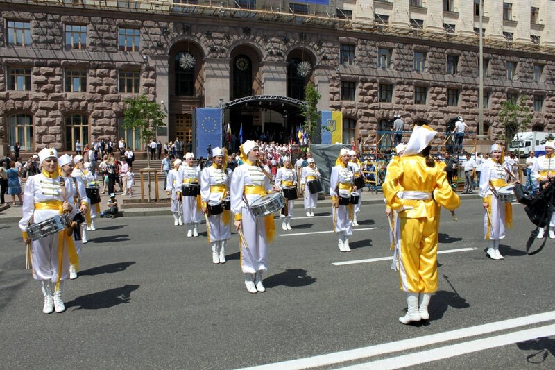 Парад барабанщиц в День Европы 2013