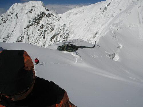 Иду к вертолету на пер. Дикий (фото Степана Мальцева)