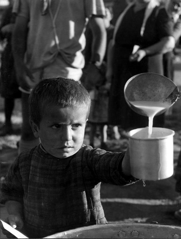 Греция, 1948 год - Мальчик-сирота, получающий порцию своего молока