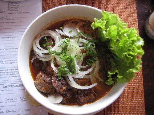 суп с китайской лапшой и говядиной, кухня Камбоджи фото