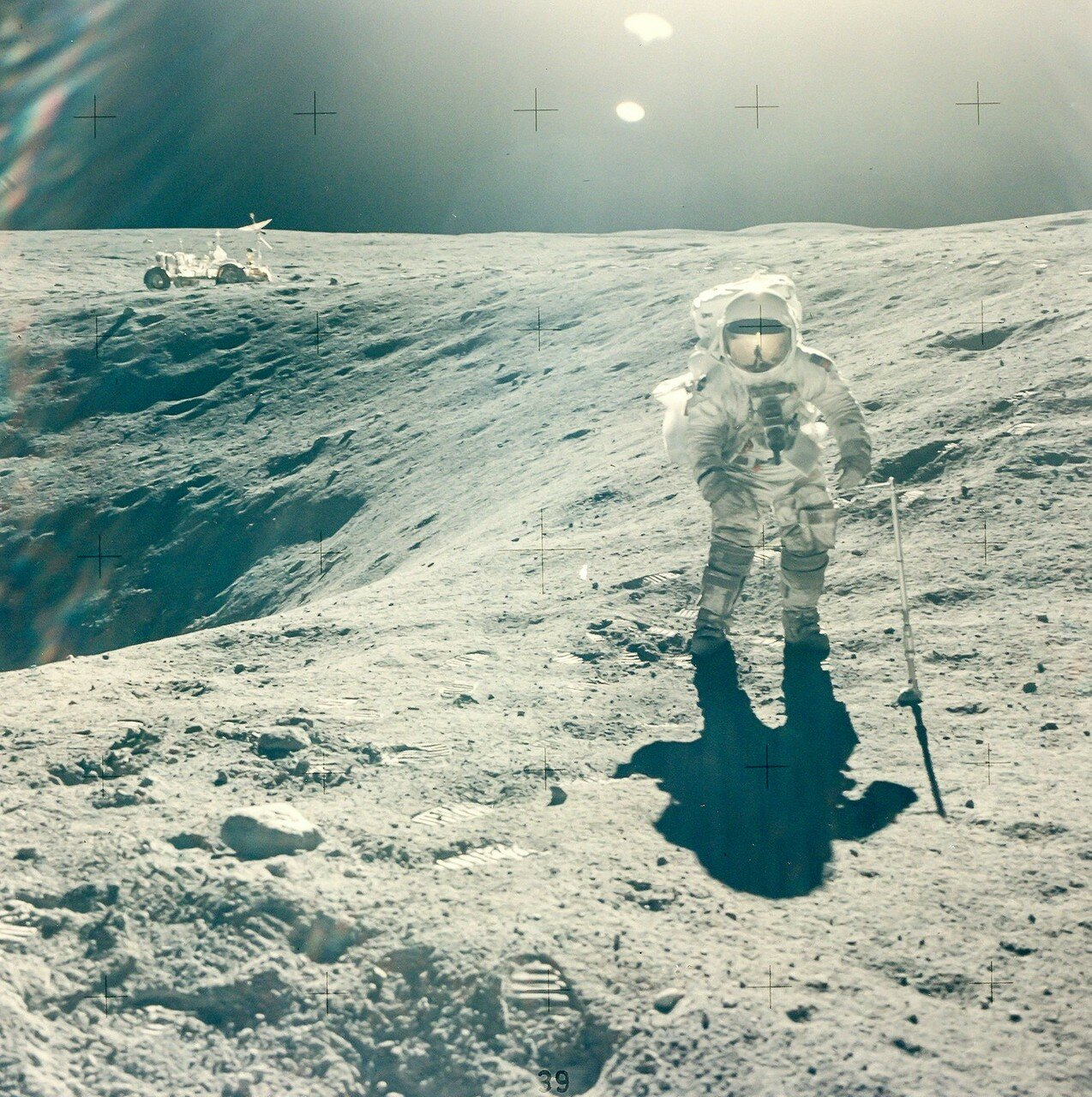Его подобрал Чарли Дьюк, закатив одной рукой по правой ноге. Позднее эта брекчия была названа «Большой Мюли». На снимке: Чарльз Дьюк на краю кратера