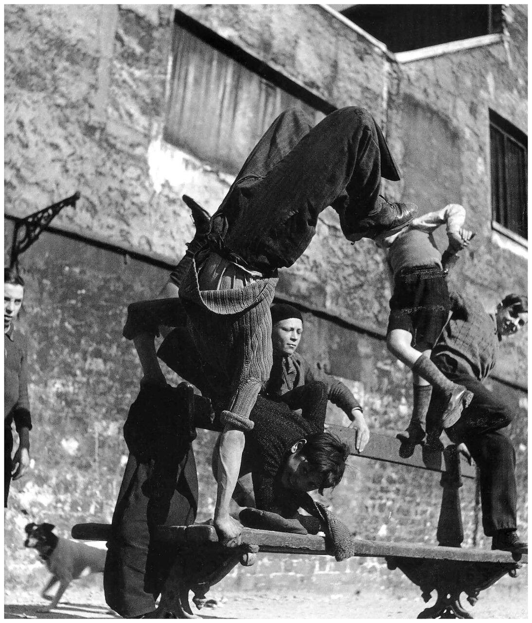 1950. Акробатика на скамейке