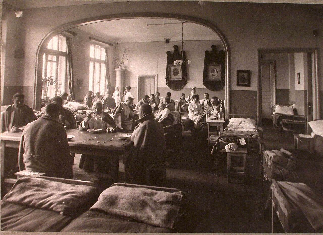 21. Раненые в палате лазарета,устроенного при Коронационном убежище