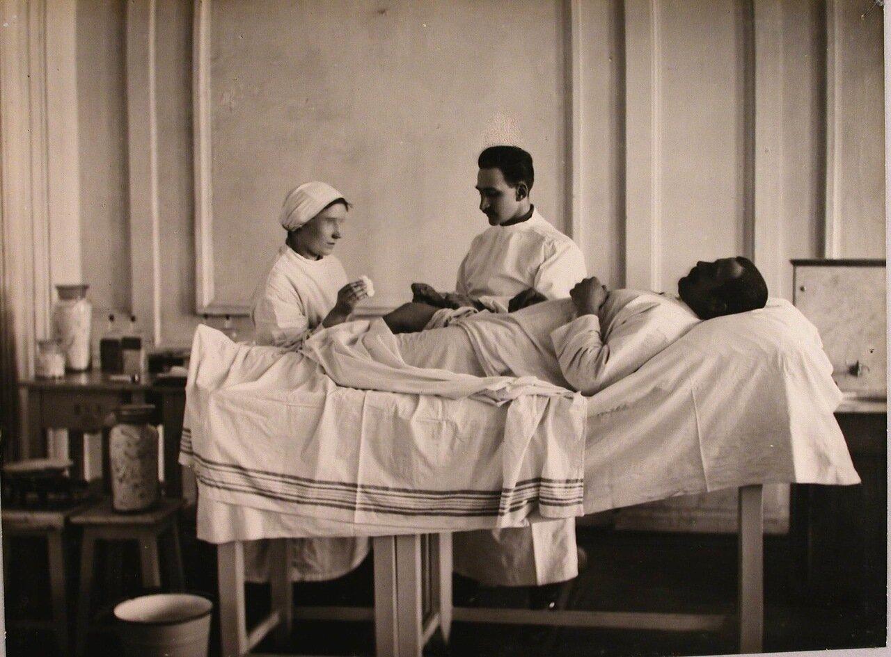 11. Врач и медицинская сестра делают перевязку раненому