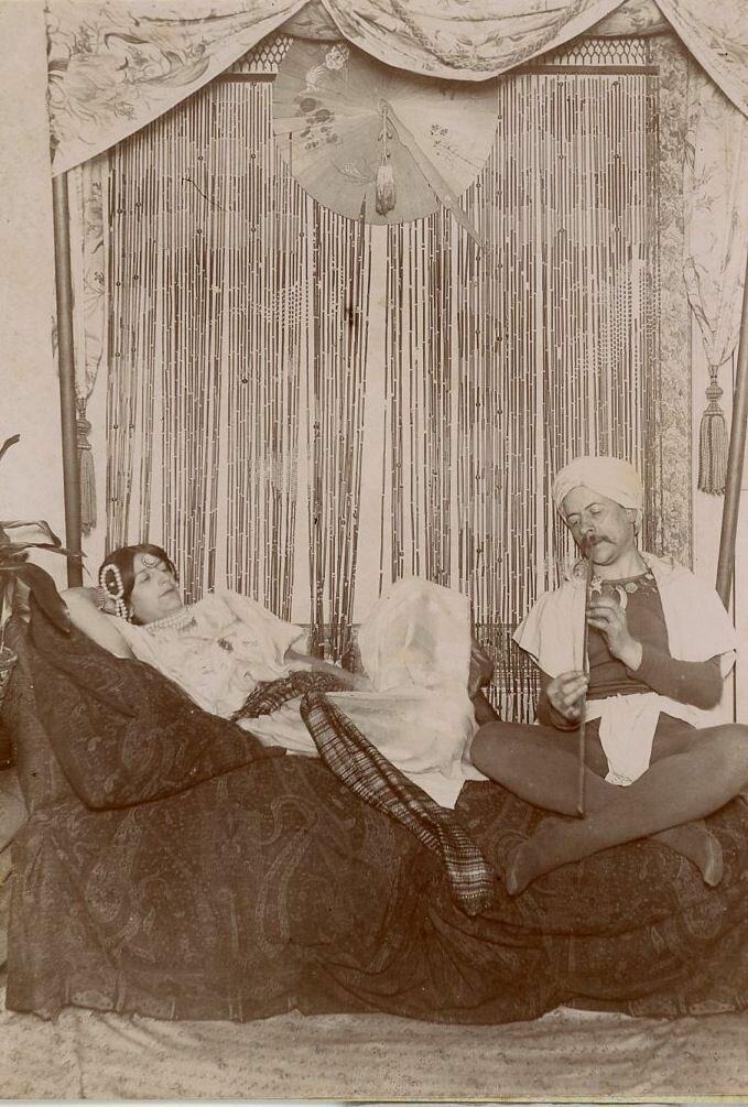 1880. Мужчина играет для женщины