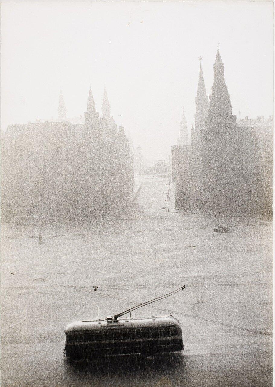1956. Троллейбус неподалеку от Красной площади в дождливый день. Фотограф Лиза Ларсен