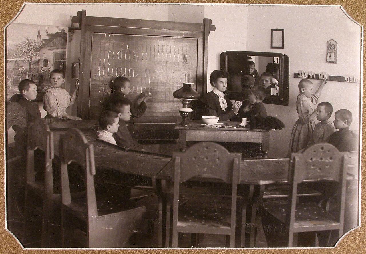 Учительница занимается постановкой звуков с детьми 1-го года обучения