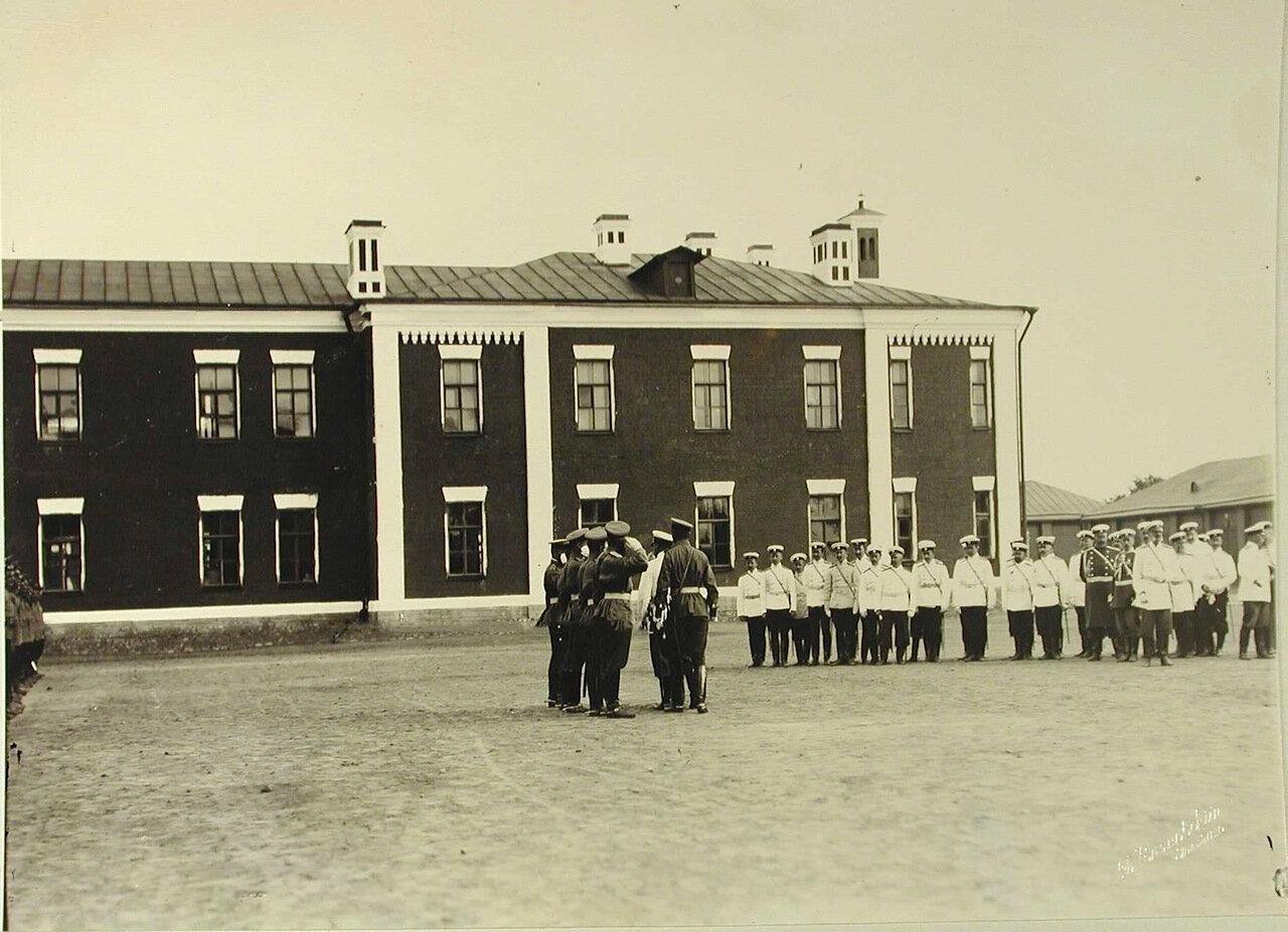 12. Высшие офицерские чины во время церемонии смотра артиллерийских частей; справа в группе - великий князь Владимир Александрович