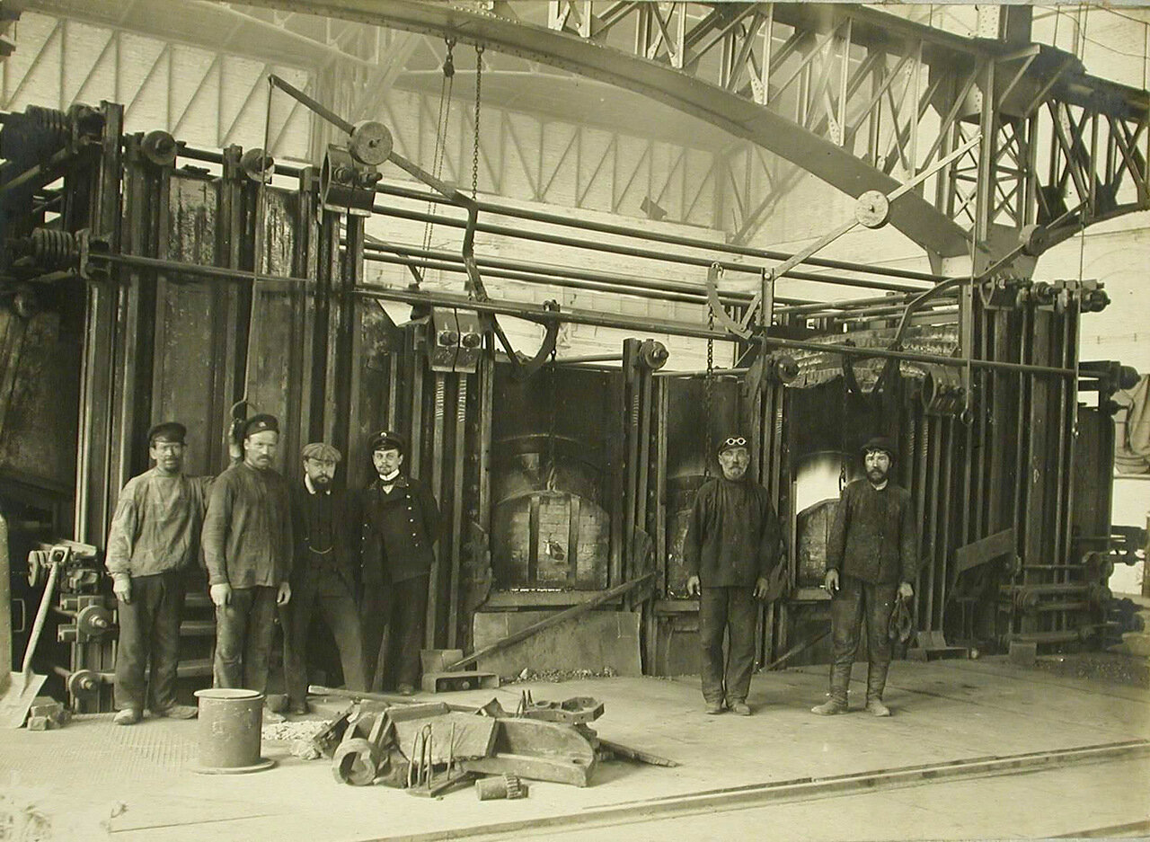 26. Инженеры и рабочие у электропечи, установленной в одном из цехов электросталелитейной мастерской Обуховского завода. 30 апреля 1910