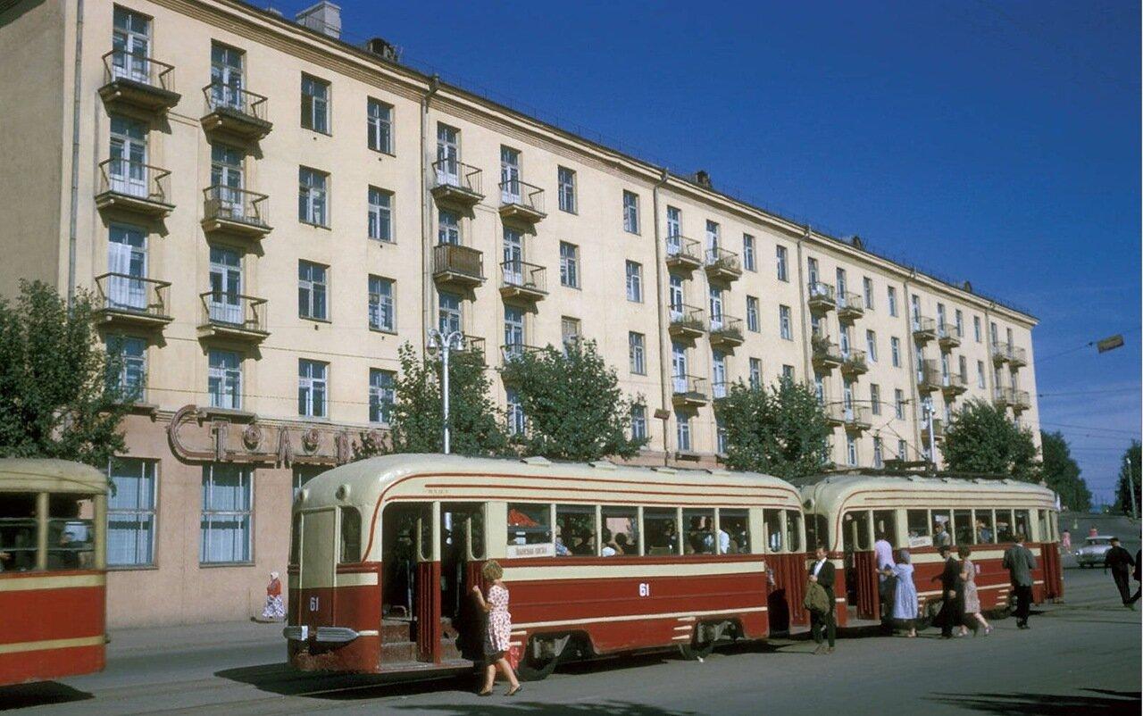 Улица Ленина. Остановка трамвая (в последствие перенесенная за угол на улицу Тимирязева