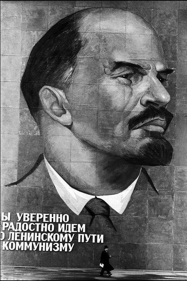 07. Гигантский плакат с Лениным перед парком промышленности и науки