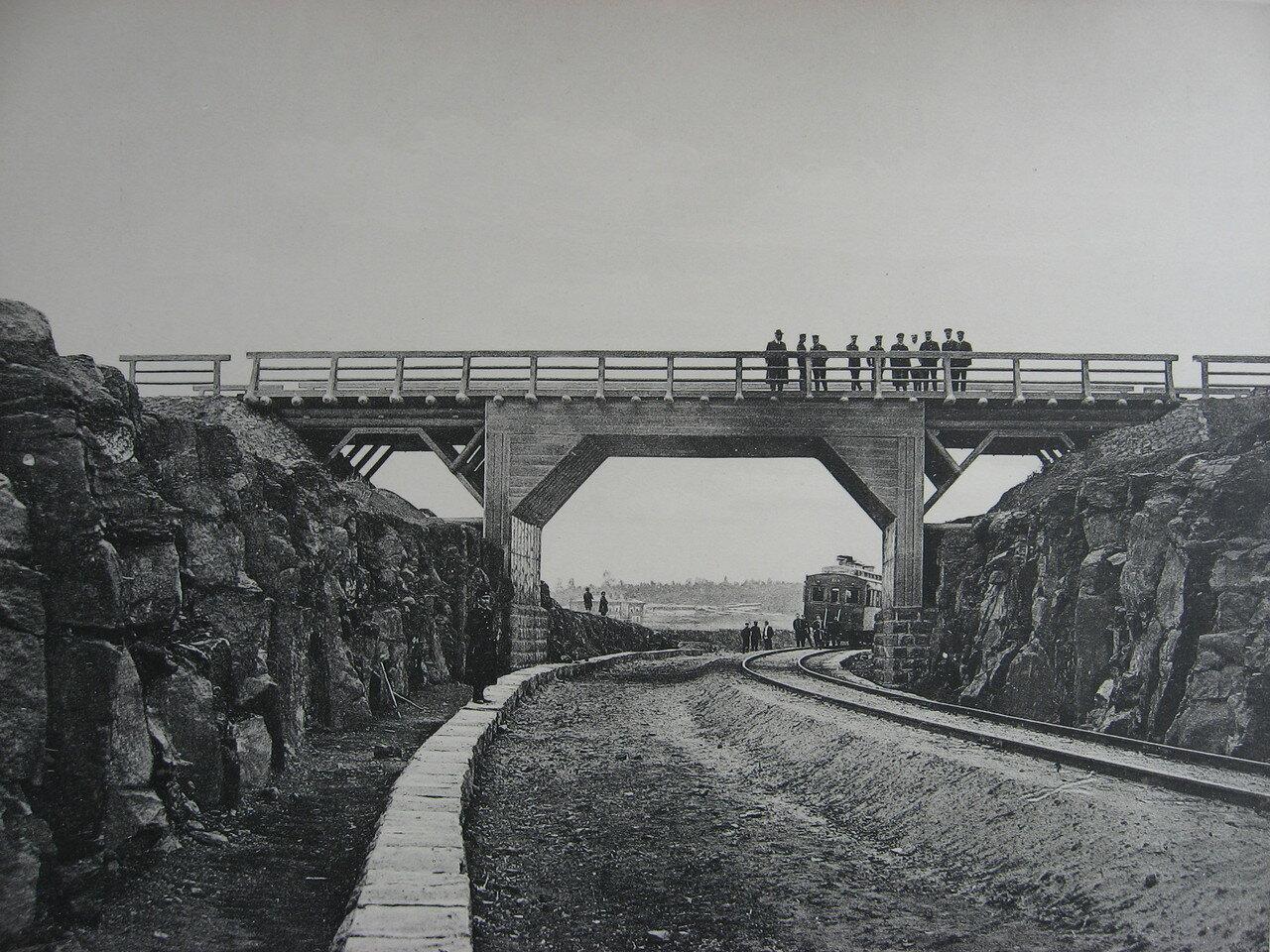 74. 2705 верста. Деревянный путепровод через выемку нового полотна. Строительный период 1910