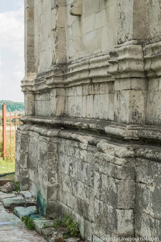 Цоколь северного придела святых Кира и Иоанна Преображенского храма в селе Остров