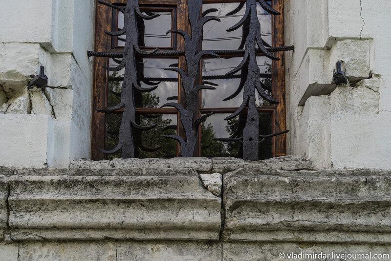 Окно в в северной галерее Храма Преображения в селе Остров