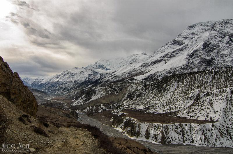 Хмурое утро в Гунунге, гималаи, дорога к манангу, непал, горы, снежники, река