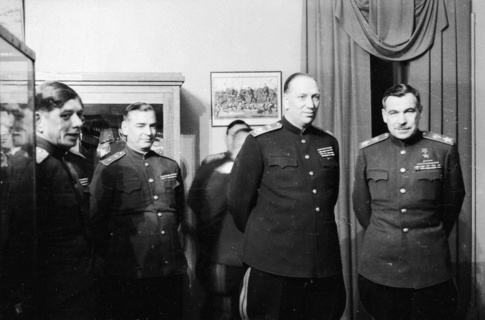 Маршалы Л.А. Говоров и Н.Н. Воронов с группой генералов в Ленинграде.jpeg