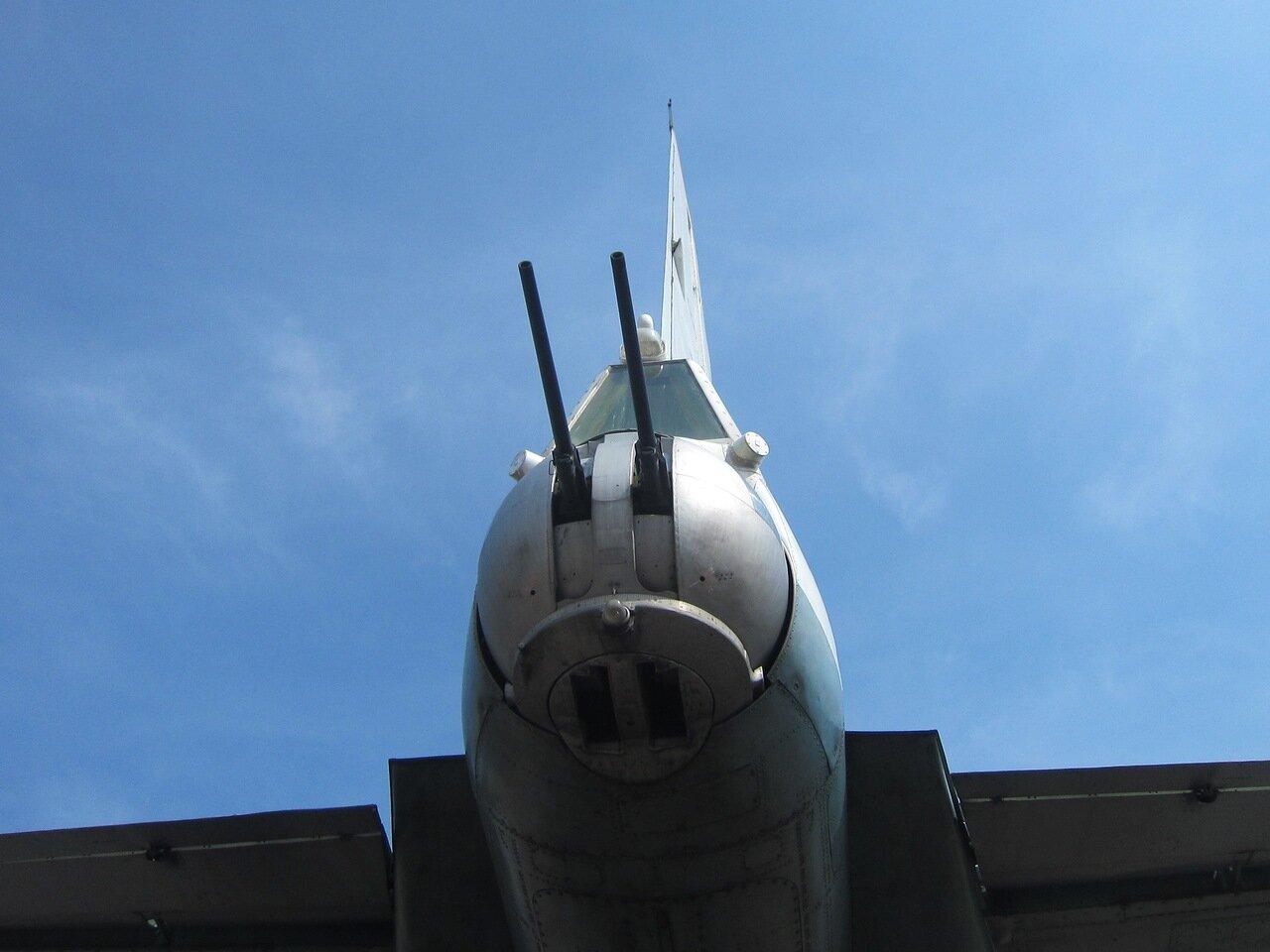 Установка защиты хвоста транспортного самолёта Ан-12 (15.08.2014)