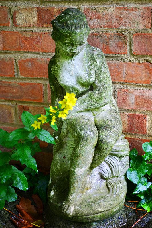 Грустная нимфа в саду